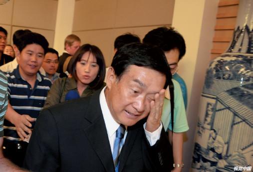 """p35 2008 年9 月17 日,""""三鹿奶粉""""事件发生后,时任河北省副省长的杨崇勇满头大汗地在记者会上突出重围。"""