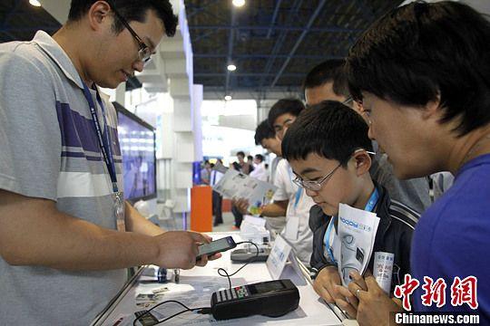资料图:中国北京国际科技产业博览会上展示智能手机相关应用。中新社发 苏丹 摄