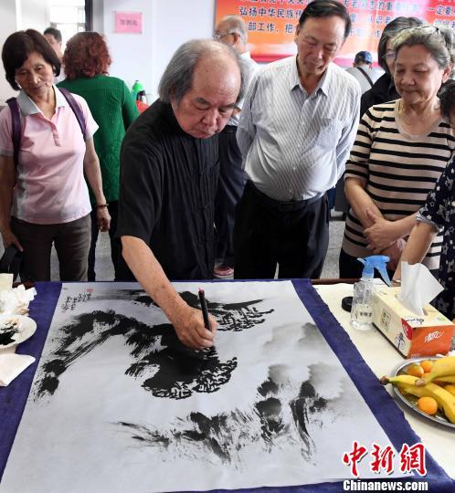 跨海前来参加此次书画艺术笔会交流活动的台中云山画会艺术总监、台湾著名水墨大师葛宪能现场创作画作。 记者刘可耕 摄