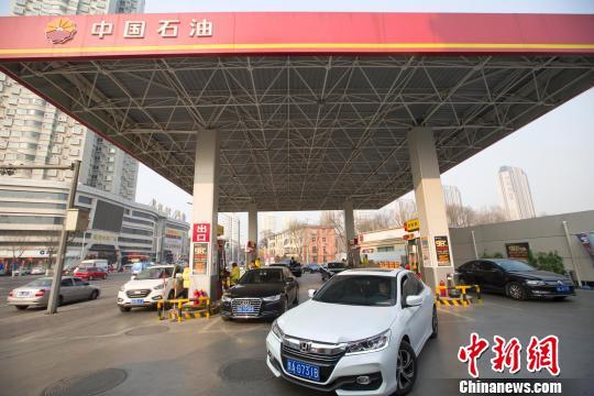 资料图:山西太原,加完油的车辆驶出加油站。 张云 摄