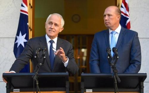 澳大利亚总理特恩布尔(左)在讲话。