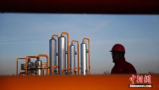 资料图:陕西榆林,中石油长庆榆林气田榆林天然气处理厂,一位工人从管道间经过。<a target='_blank'  data-cke-saved-href='http://www.chinanews.com/' href='http://www.chinanews.com/' _fcksavedurl='http://www.chinanews.com/'></table><p  align=