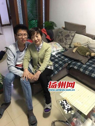 """扬州14岁少年""""捐髓救母"""":你给我生命 我来救你"""
