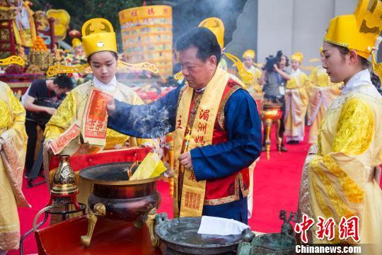 图为主祭官在祭坛上焚帛、焚祝文。李南轩 摄 李南轩 摄