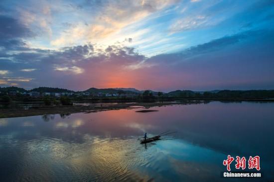 """古村渔船入""""云端"""" 航拍江西仙女湖水天一色"""