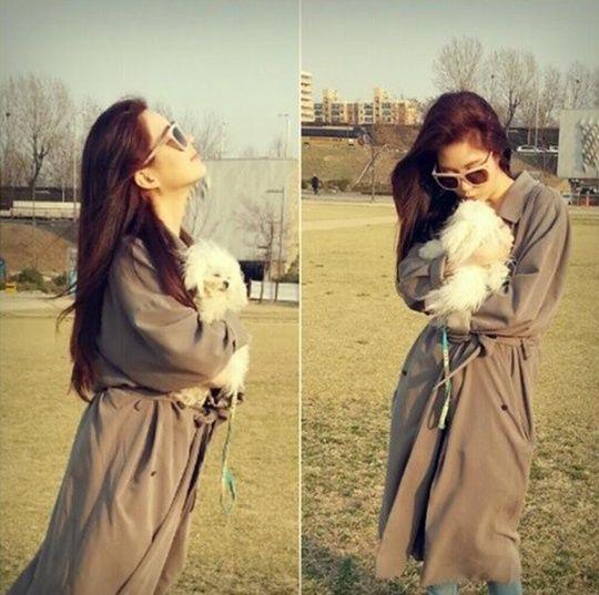 在公开的照片中,徐贤和可爱的宠物狗一起合影,可爱的宠物狗目光