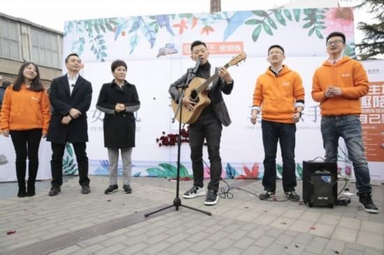 胡海泉惊现798艺术区 自曝十几年没在街头卖唱