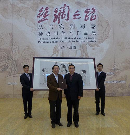 杨晓阳院长在《丝绸之路・从写实到写意杨晓阳美术作品展》济南展览上。向山东博物馆捐赠自己的作品。(钱晓鸣/摄)