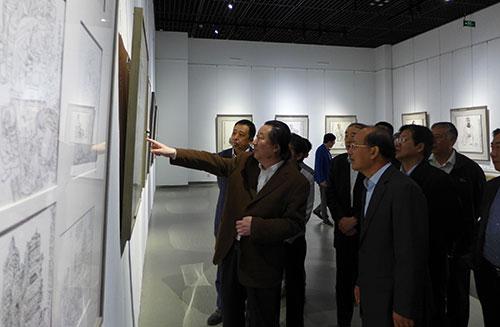 杨晓阳院长在《丝绸之路`从写实到写意杨晓阳美术作品展》济南展览上向参展嘉宾介绍自己的作品。(钱晓鸣/摄)