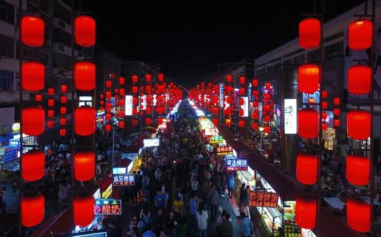 洛阳十字街夜市(4月17日摄)。新华社记者 陈建力 摄