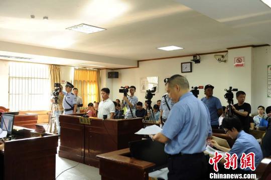 """""""百名红通人员""""云健在海口龙华区人民法院接受公开审判"""