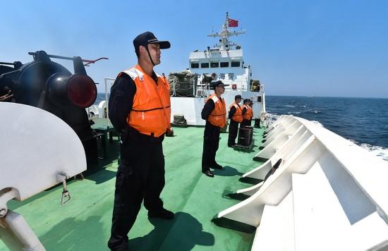 4月20日,巡航结束仪式上,中国海警3301舰的舰员在甲板上列队。