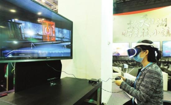 昨天,一位市民在创博会太仓天镜湖电竞小镇展示厅内体验PSVR。  □记者  濮建明  摄