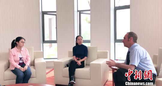 """图为""""小西瓜""""廖书娴(左)和宁波诺丁汉大学校长陆明彦(右)交流 宁波诺丁汉大学供图 摄"""