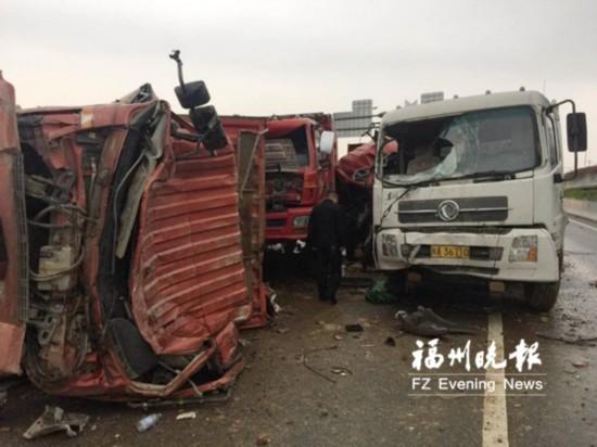 福州淮安大桥五车连撞一名驾驶员被困获救大腿受伤 微盟 vwz.cn