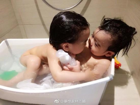 林志颖晒双胞胎儿子萌照 小哥俩互动超有爱(图)