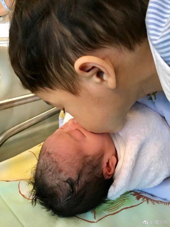 郭晶晶二胎产女霍启刚晒儿女照片 哥哥亲吻妹妹这一家人太温馨!