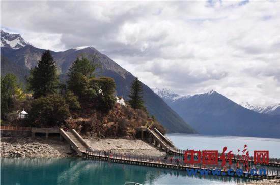 西藏巴松措景色迷人 游客千里迢迢来赴约