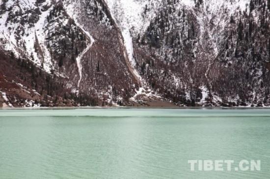 「重走318公路」藏东第一大湖 自驾者的静谧时光