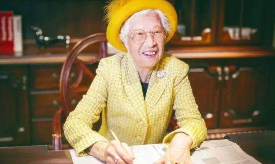 85岁厦门奶奶活出英国女王范 养大7子爱独自旅行