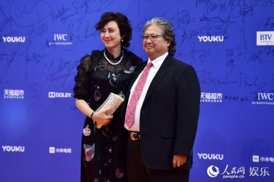洪金宝携夫人亮相红毯 人民网记者翁奇羽摄