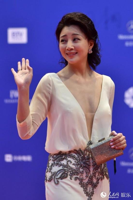 殷桃挥手示意观众 人民网记者翁奇羽摄