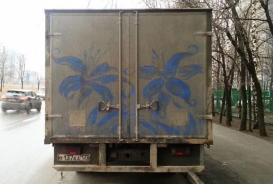 """创意无限!俄艺术家街头脏车上妙手作""""尘画"""""""