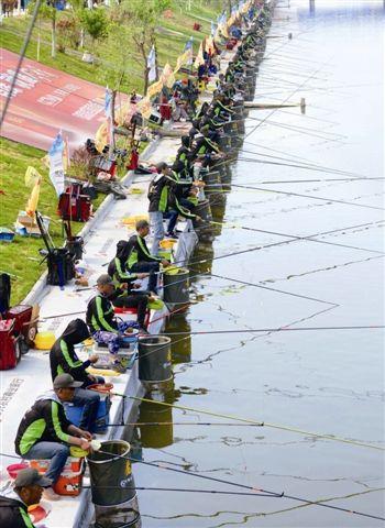 泰州祁巷举办中国规模最大野钓赛 1040人参赛