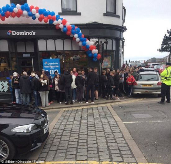 英小镇披萨店开张 前100名免费引混乱