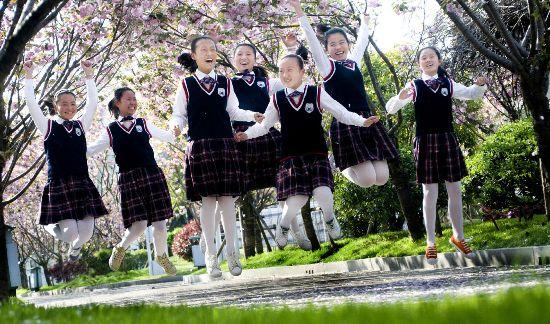 淮安外国语学校樱花盛开 学子们树下嬉戏