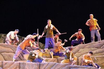 四川方言音乐剧再现黑龙滩修建情景 看哭老抬