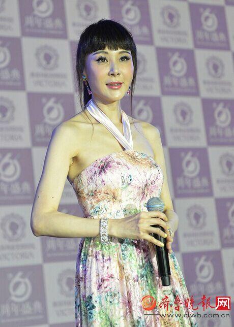 近50岁萧蔷美女变这样花酒吧出镜曾是台湾第图片碟近照打裙子图片