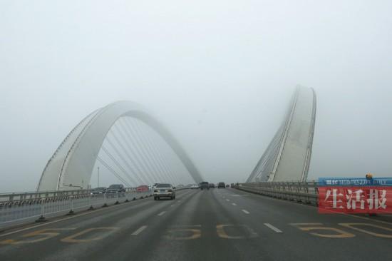 受东南气流影响广西大部空气湿度大 出门记得带伞