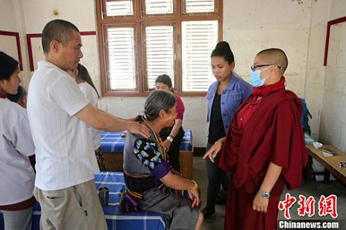 4月25日是尼泊尔大地震二周年。来自中国香港的医生同尼泊尔中华医院医生一道,在尼泊尔首都加德满都博达哈大佛塔地区展开义诊活动。图为正在为病人诊治的Peter Lee医生。<a target='_blank'  data-cke-saved-href='http://www.chinanews.com/' href='http://www.chinanews.com/'><p  align=