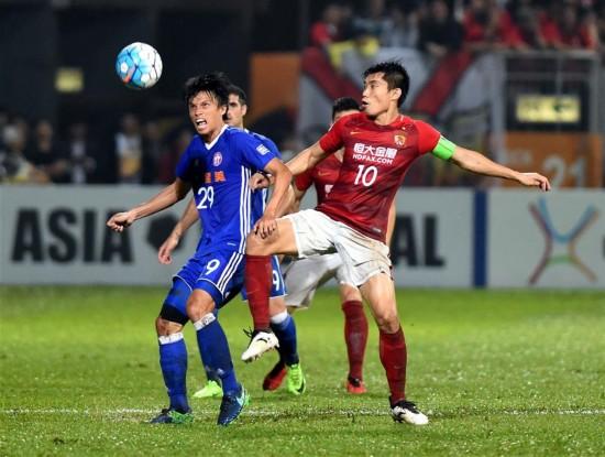 4月25日,广州恒大队球员郑智(前右)与香港东方龙狮队球员粱振邦(前左)在比赛中拼抢。  当日,在香港旺角大球场举行的亚冠联赛小组赛中,广州恒大队客场对阵香港东方龙狮队。 新华社记者卢炳辉摄