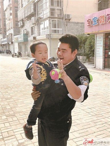 """徐州城管队员当""""奶爸"""" 整治现场帮人带娃娃"""