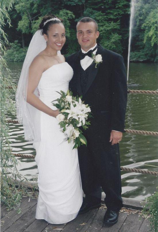 《荒岛惊魂》凯莉布鲁克主演哦求一部电影讲的是一对香港夫妻到日本旅