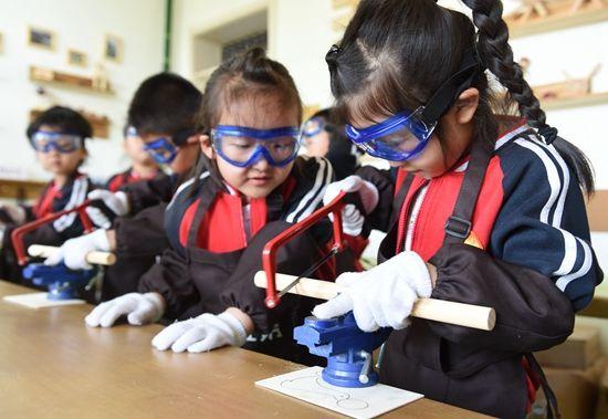 """日前,该幼儿园开设""""木工坊""""特色课堂,让孩子们学习木器的制作,领悟"""""""