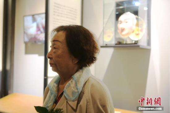 """资料图:2016年12月10日,台湾首座慰安妇纪念馆""""阿嬷家――和平与女性人权馆""""在台北开馆。图为92岁的台籍慰安妇陈莲花阿嬷站在纪念馆展出的阿嬷们亲手制作的艺术作品面具前。<a target='_blank'  data-cke-saved-href='http://www.chinanews.com/' href='http://www.chinanews.com/'><p  align="""
