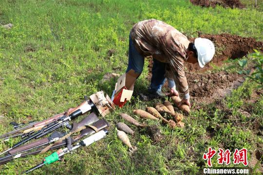 湖北孝昌县集中销毁一批非法枪支弹药和废旧爆炸物品