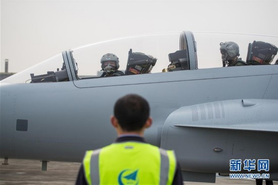 中国航空工业枭龙双座战斗教练机01架成都首飞