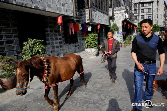 石泉明清古街上演县令判案 游客市民穿越到清朝