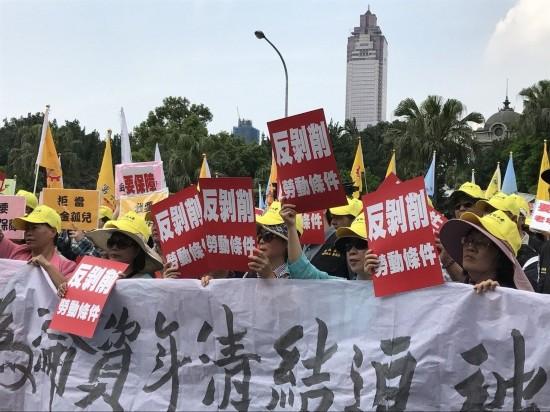 """五一劳动节,由团结工联、台湾产业总工会等工运团体组成的""""2017五一行动联盟"""",号召万人上街游行"""