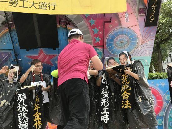 """五一劳动节,""""2017五一行动联盟""""号召万人上街,以行动剧象征资方不断剥削劳工"""