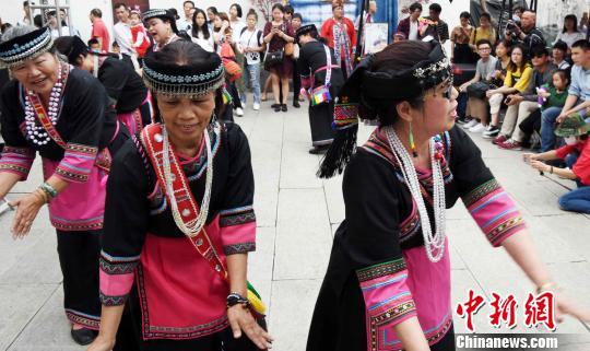 """台湾少数民族歌舞助兴福州""""五一""""假日舞台。 记者刘可耕 摄"""