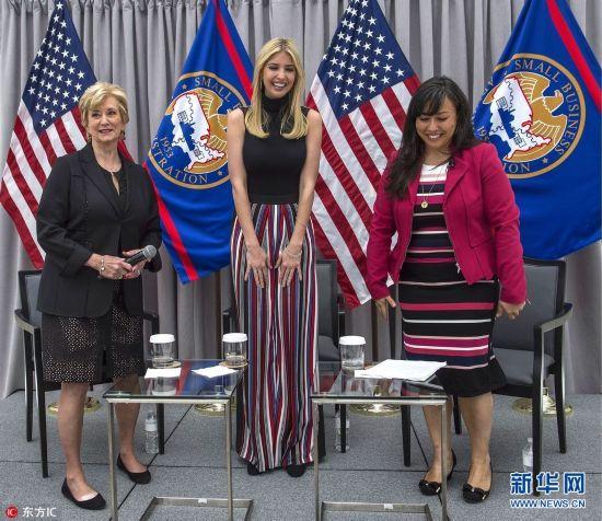 当地时间2017年5月1日,美国华盛顿,特朗普女儿伊万卡出席小企业署会议。露臂黑背心和竖条纹时尚喇叭裤,身材更显高挑。