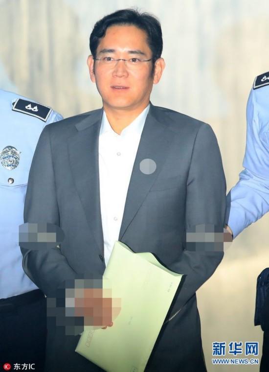 当地时间2017年5月2日,据韩联社报道,韩国首尔中央地方法院就朴槿惠受贿案进行首次预审,让控辩双方在案件正式审讯前,厘清争议事项。图为三星掌门人李在�F被送至法院出席预审。