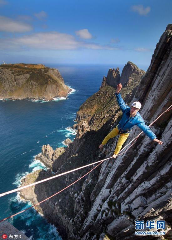 2017年5月2日报道(具体拍摄时间不详),一名大胆的刺激运动爱好者在400米高的悬崖走钢丝,他的脚下是不停冲刷岩石的海水。这组惊险的照片记录了Luka Irmler在塔斯马尼亚两处陡峭的海崖之间小心翼翼地走钢丝。