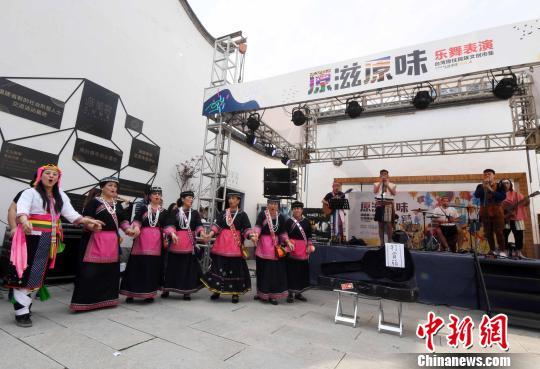 台湾少数民族歌舞表演受到福州市民喜爱。 刘可耕 摄