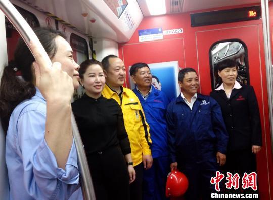 中国首趟全国劳模专列长沙驶出为劳动者点赞